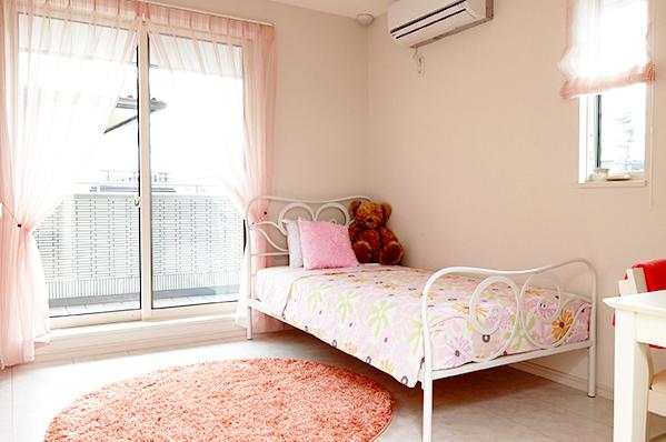 夢見る女の子気分を盛り上げる明るく収納たっぷりのお部屋 住宅展示
